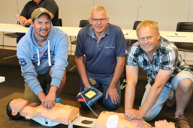 Kursdeltagere med førstehjelpsdukker og hjertestarter