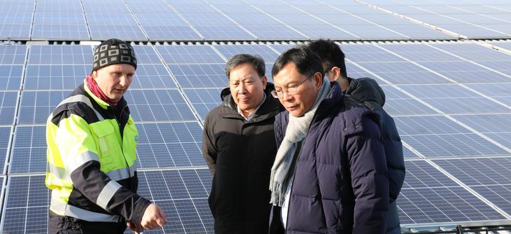 Prosjektleder og seksjonssjef Henrik Landsverk forklarer deler av den kinesiske delegasjonen hvordan solcellepaneler og batteri er koblet sammen i Skagerak Energilab. Foto: Kjell Løyland.