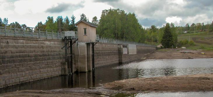 Dam fra vannside