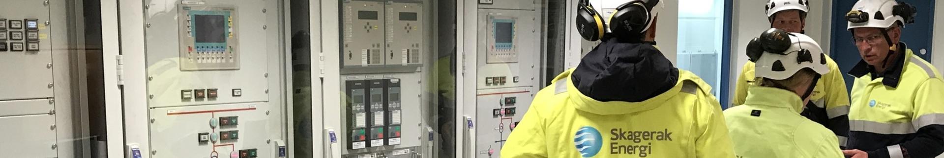Kontrollrom kraftverk med mennesker