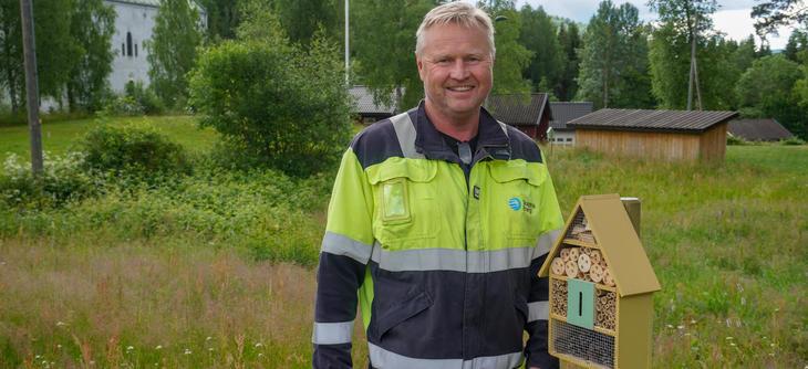 """– Her er insekter hjertelig velkomne, sier """"hotellsjef"""" Jan Olav Hagen utenfor Hogstad kraftverk. Foto: Ellen Esborg"""