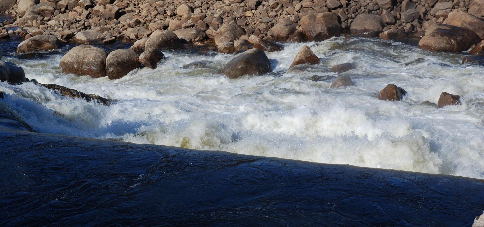 Enegifakta - bilde av vann ved utløp kraftstatasjon